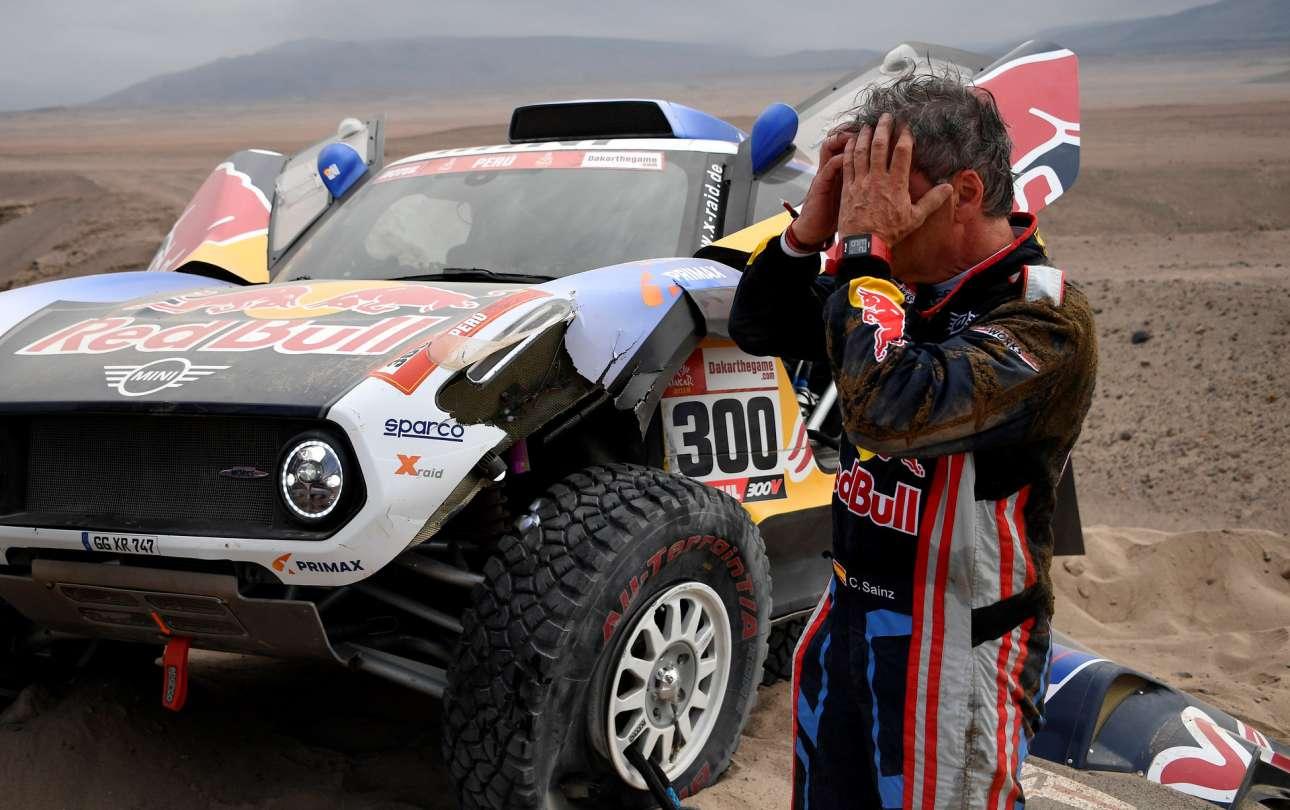Ενας ακόμη οδηγός σε απόγνωση: o Κάρλος Σάιντς πιάνει το κεφάλι του καθώς το Mini του χάλασε στο τρίτο στάδιο του ράλι