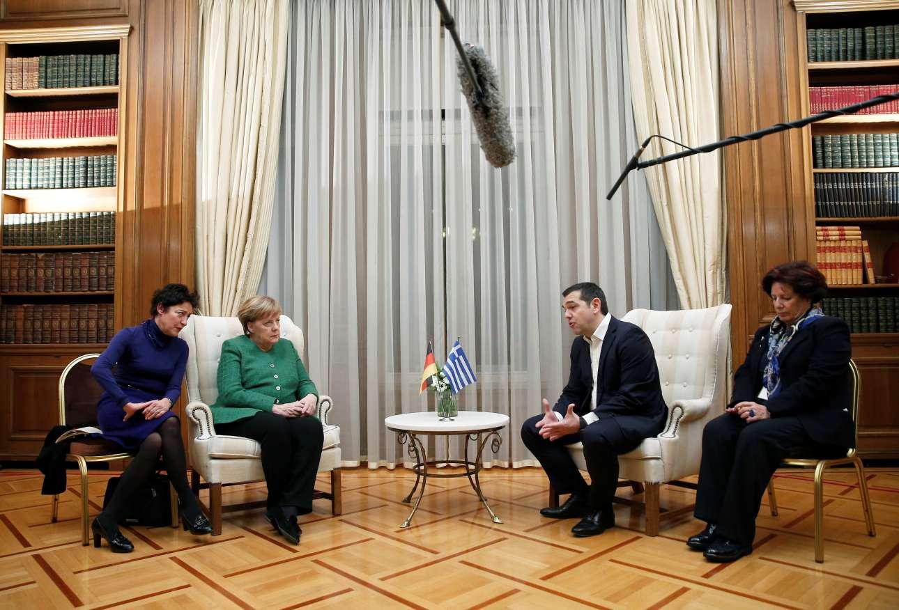 Ο Αλέξης Τσίπρας μιλά και η Ανγκελα Μέρκελ ακούει τη διερμηνέα κατά τις πρώτες δηλώσεις στο Μαξίμου