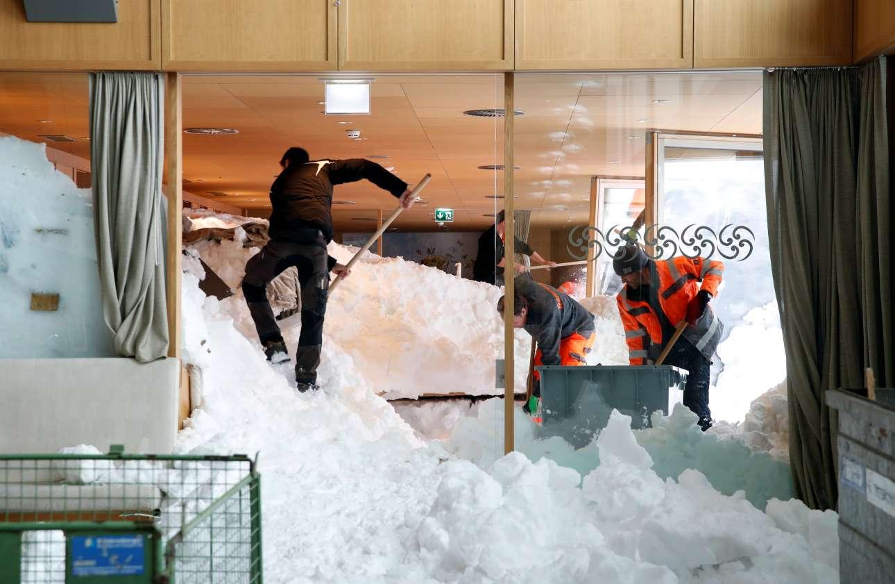 Παρασκευή 11 Ιανουαρίου. Εργάτες φτυαρίζουν την πελώρια χιονοστιβάδα που εισέβαλε στο εστιατόριο του χιονοδρομικού κέντρου Santis-Schwaegalp, στην Ελβετία