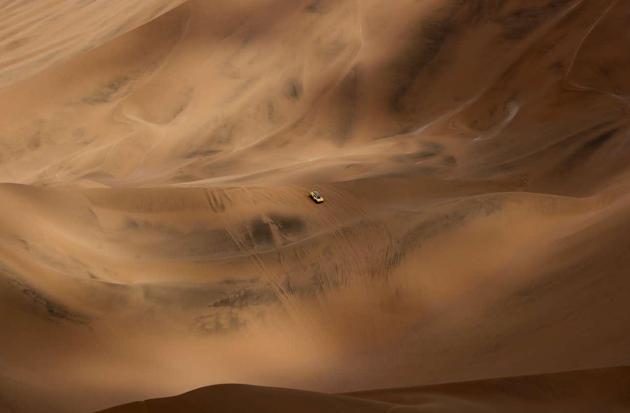 To Auto Shell Cooper μοιάζει σαν να επιπλέει μέσα σε μία θάλασσα άμμου