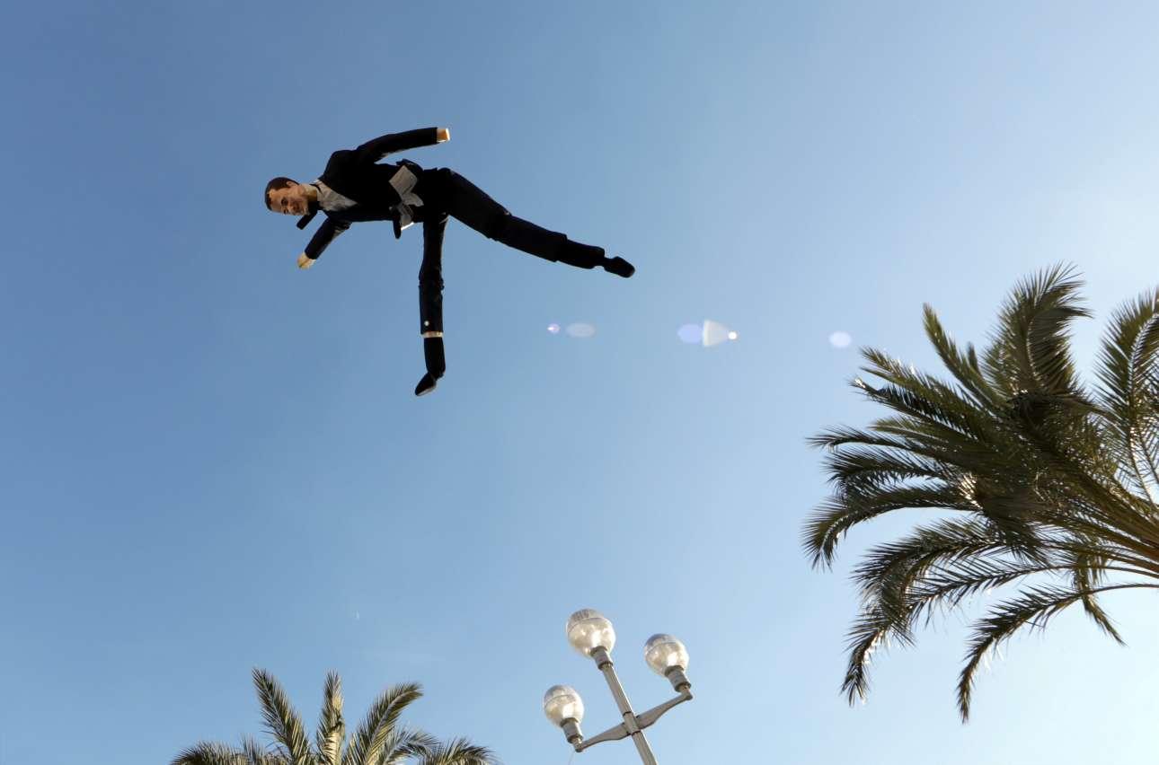 Σάββατο 12 Ιανουαρίου. Μέλη του κινήματος των Κίτρινων Γιλέκων πετάνε στον αέρα μία μαριονέτα - ομοίωμα του Εμανουέλ Μακρόν, σε διαδήλωση στη Νίκαια