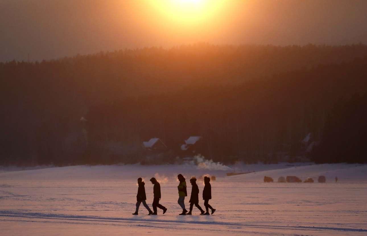 Δευτέρα, 14 Ιανουαρίου, Ρωσία. Ανθρωποι περπατούν στις παγωμένες όχθες του ποταμού Γενισέι, λίγο έξω από το Κρασνογιάρσκ