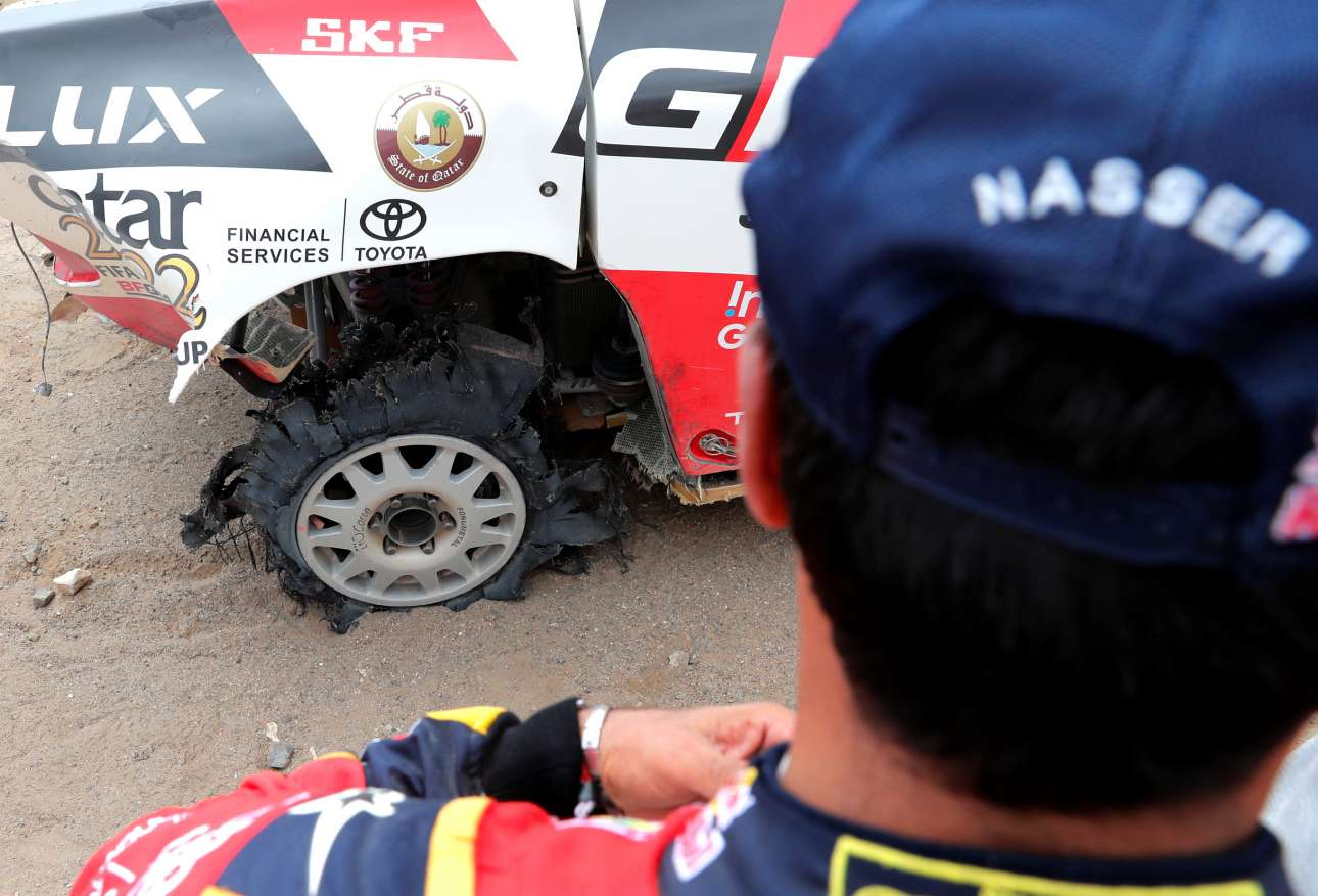 Ο οδηγός του Toyota Gazoo Νάσερ Αλ Ατίγια ελέγχει το αυτοκίνητο του μετά τον αγώνα. Η ρόδα σίγουρα δεν φαίνεται σε καλή κατάσταση...