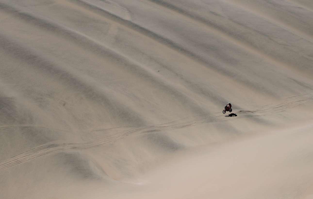 Ο Τόμπι Πράις και η ΚΤΜ του μοιάζουν να ίπτανται πάνω από την άμμο