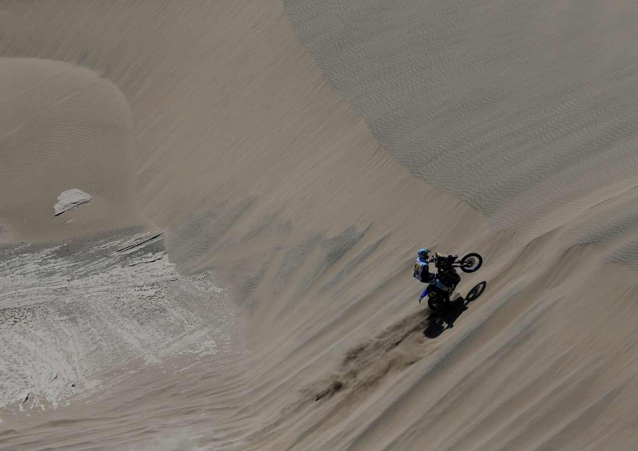 Ο Αντριάν βαν Μπέβερεν και η Yamaha του «σκαρφαλώνουν» πάνω σε έναν αμμόλοφο