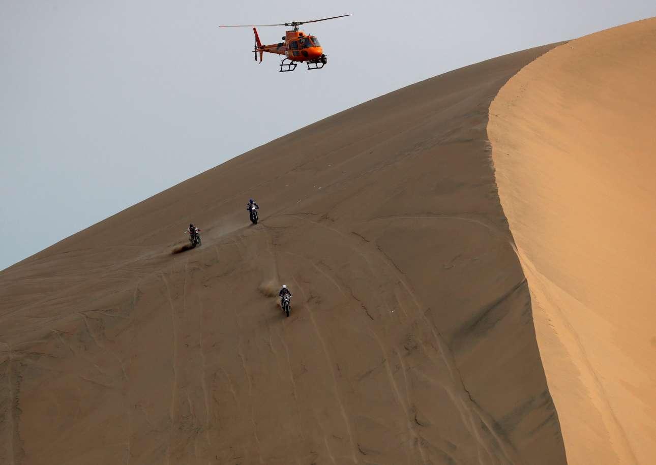 Ελικόπτερο παρακολουθεί τους τρεις αναβάτες να διαγωνίζονται