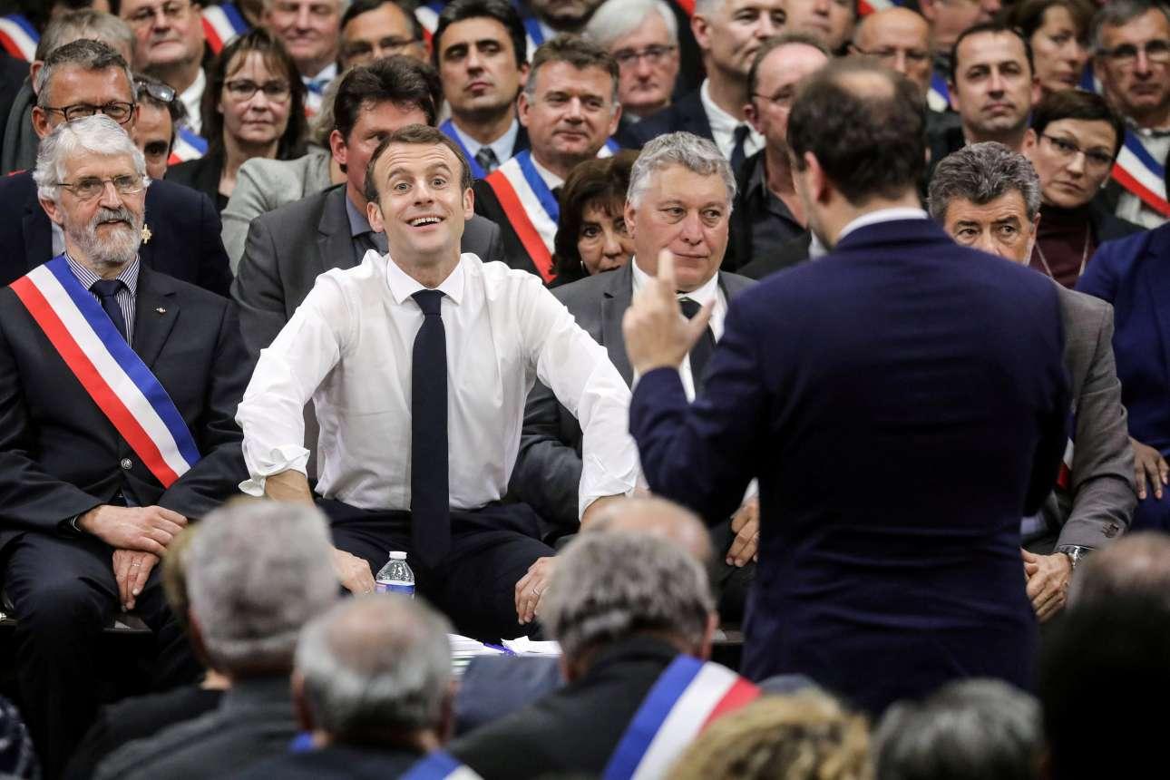 Παρασκευή, 18 Ιανουαρίου, Γαλλία. Ο Εμανουέλ Μακρόν γελά καθώς ακούει τον υφυπουργό Εσωτερικών, Σεμπαστιάν Λεκομού, σε εκδήλωση με περίπου 600 δημάρχους της περιοχής της Οξιτανίας στο Σουιγιάκ