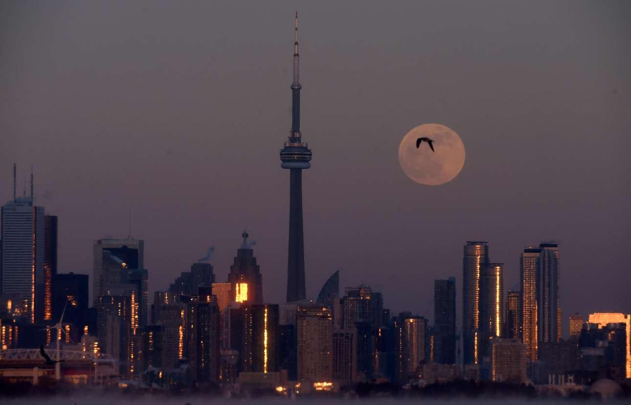 Η υπερσελήνη πάνω από την πόλη του Τορόντο, στον Καναδά