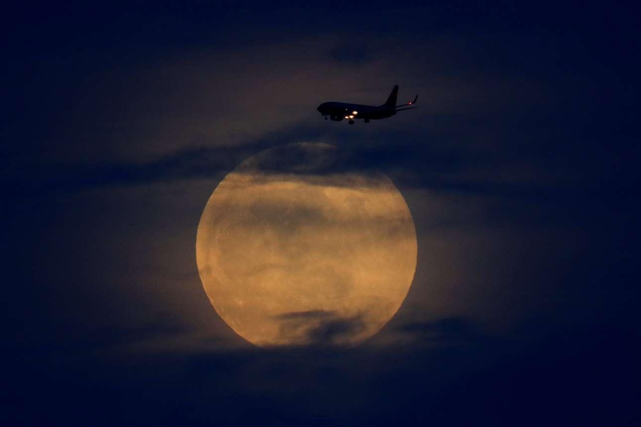 Μία μαγική εικόνα...ένα αεροπλάνο κατευθύνεται στην Καλιφόρνια, με φόντο το φεγγάρι που ξεπροβάλλει από τα σύννεφα πριν την ολική έκλειψη