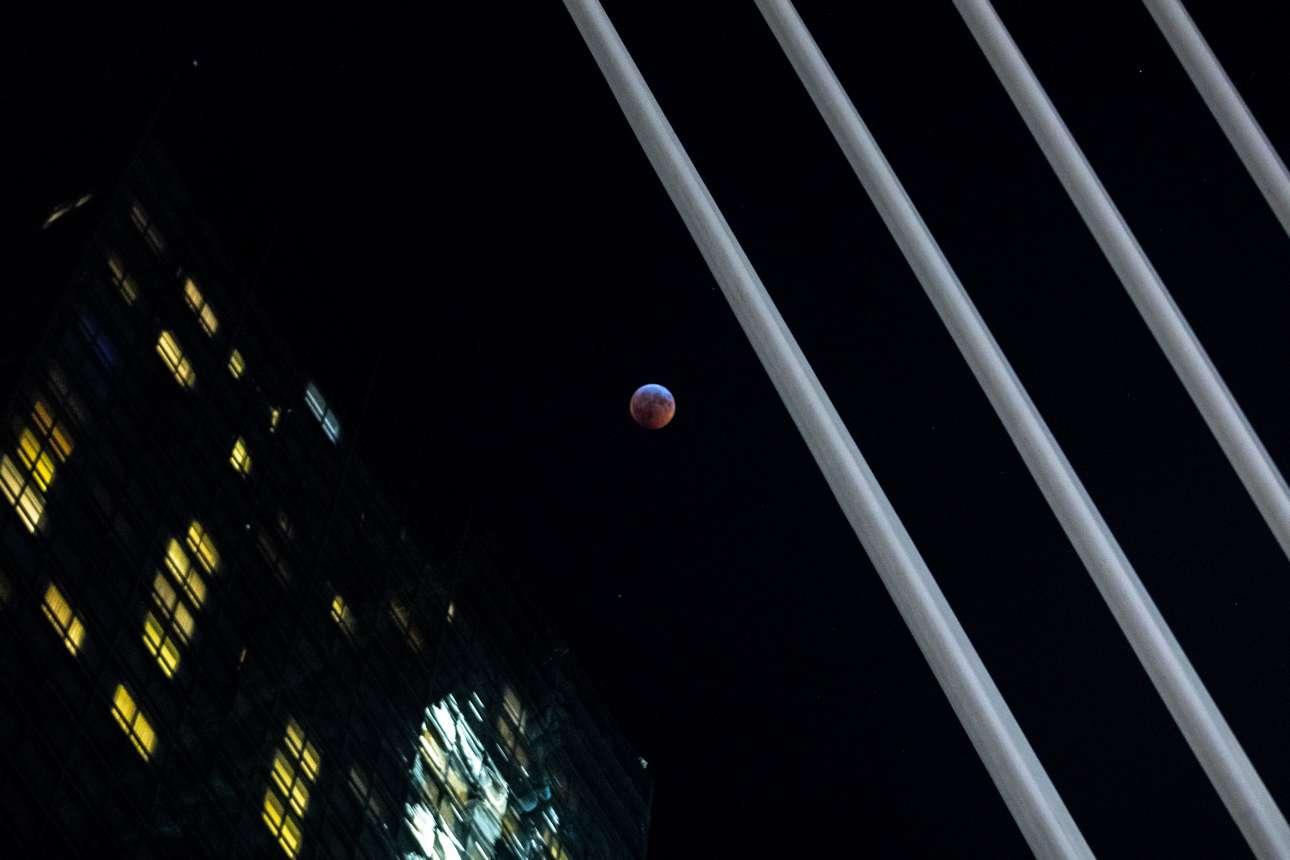 Το «ματωμένο φεγγάρι» πάνω από το Μανχάταν