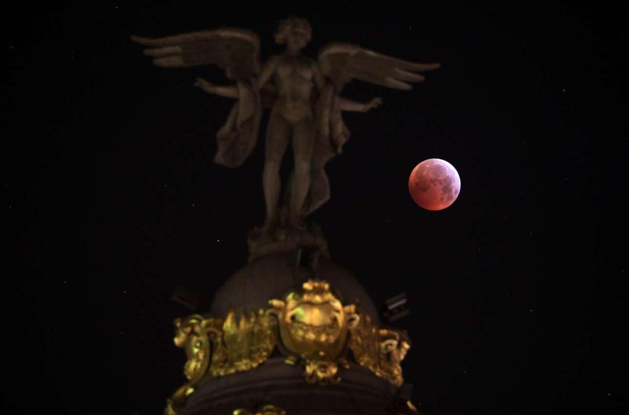 Η εντυπωσιακή βαθυκόκκινη Σελήνη ανατέλλει πίσω από το κτίριο Μετρόπολις στη Μαδρίτη