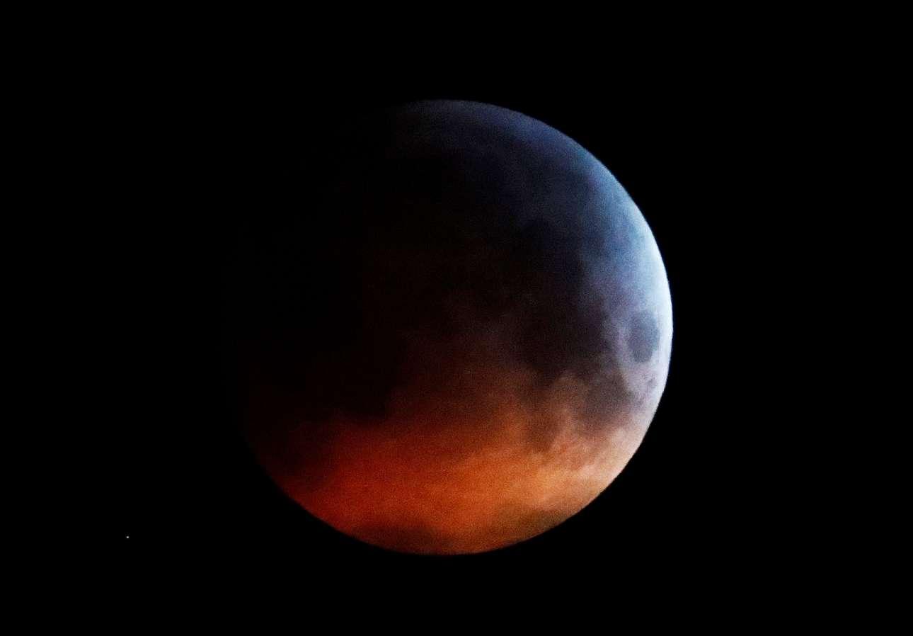 Το φεγγάρι καλύπτεται σχεδόν ολόκληρο από τη σκιά της Γης μέχρι να εξαφανιστεί