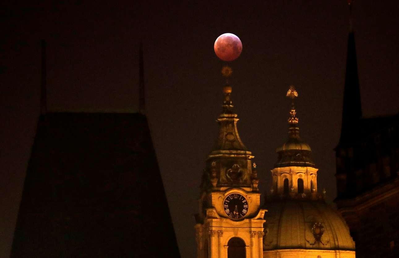 Το εντυπωσιακό «Supermoon» στην κορυφή τρούλου στην Πράγα