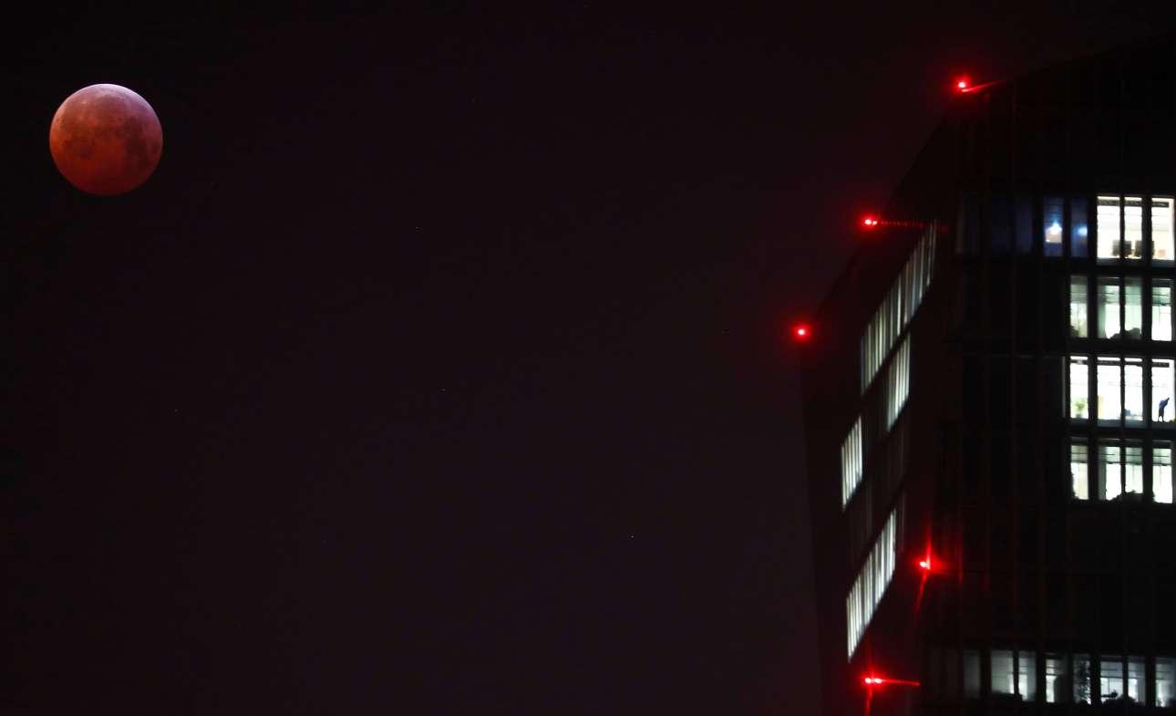 Η Υπερσελήνη δίπλα στα γραφεία της Ευρωπαϊκής Κεντρικής Τράπεζας στη Φρανκφούρτη