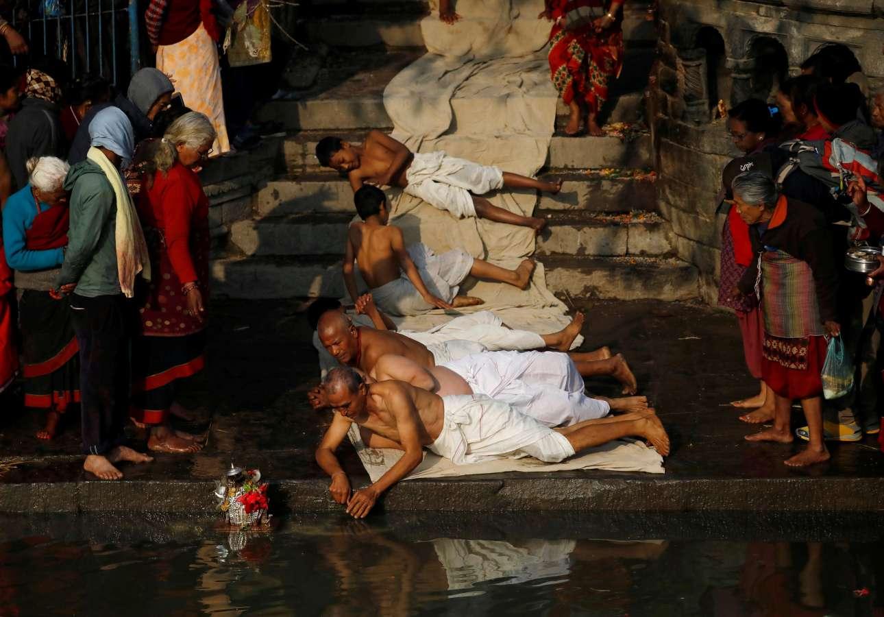 Δευτέρα, 21 Ιανουαρίου, Νεπάλ. Πιστοί προσεύχονται σέρνοντας το σώμα τους στο έδαφος κατά τη διάρκεια του θρησκευτικού φεστιβάλ Swasthani Brata Katha στη Μπακταπούρ