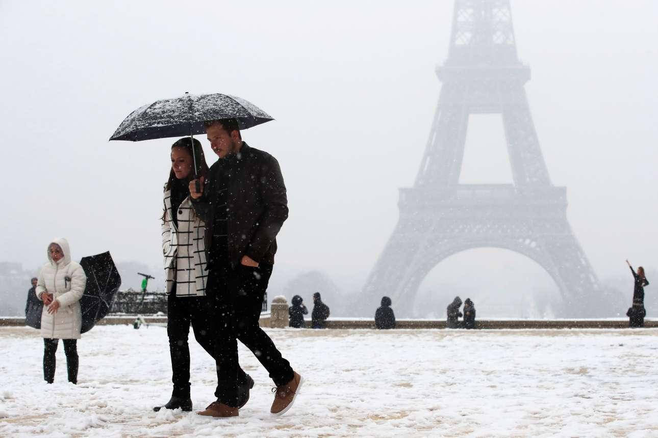 Τρίτη, 22 Ιανουαρίου, Γαλλία.  Ζευγάρι περπατά στο χιονισμένο -και πάντα πανέμορφο- κέντρο του Παρισιού