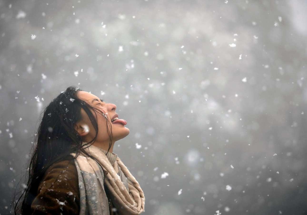 Τετάρτη, 23 Ιανουαρίου, Νεπάλ. Γυναίκα απολαμβάνει το χιόνι σε περιοχή του Κατμαντού