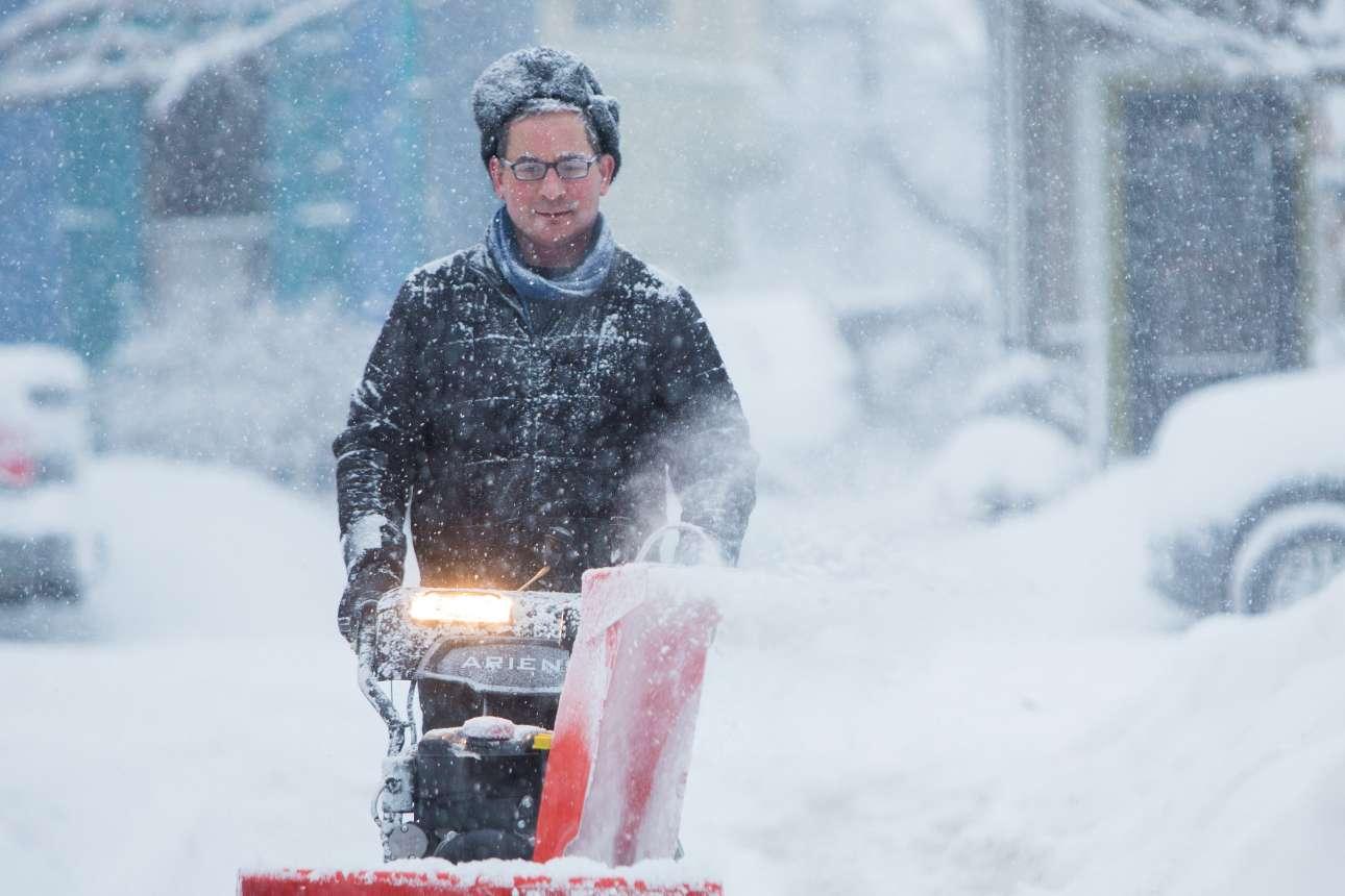 Ανδρας με παγοθραυστικό μηχάνημα εν μέσω σφοδρής χιονόπτωσης στην πόλη Μπάφαλο της Νέας Υόρκης