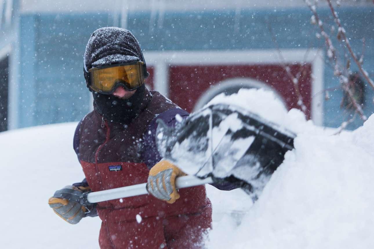 Τα γυαλιά του σκι είναι απαραίτητα ακόμα και για κάποιον που θέλει να καθαρίσει το χιόνι στον δρόμο