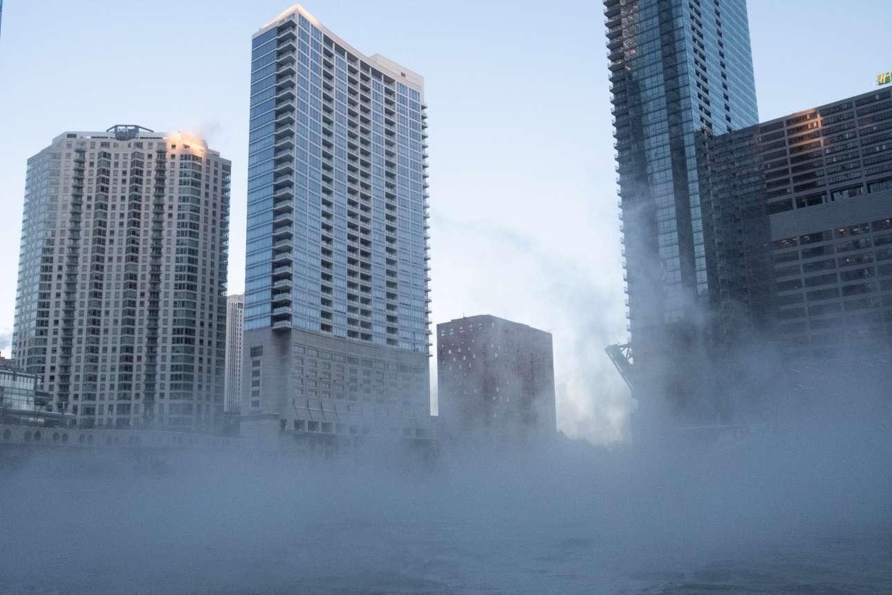 Ατμός αναδύεται από τον Ποταμό Σικάγο καθώς το νερό είναι πιο ζεστό από την ατμόσφαιρα