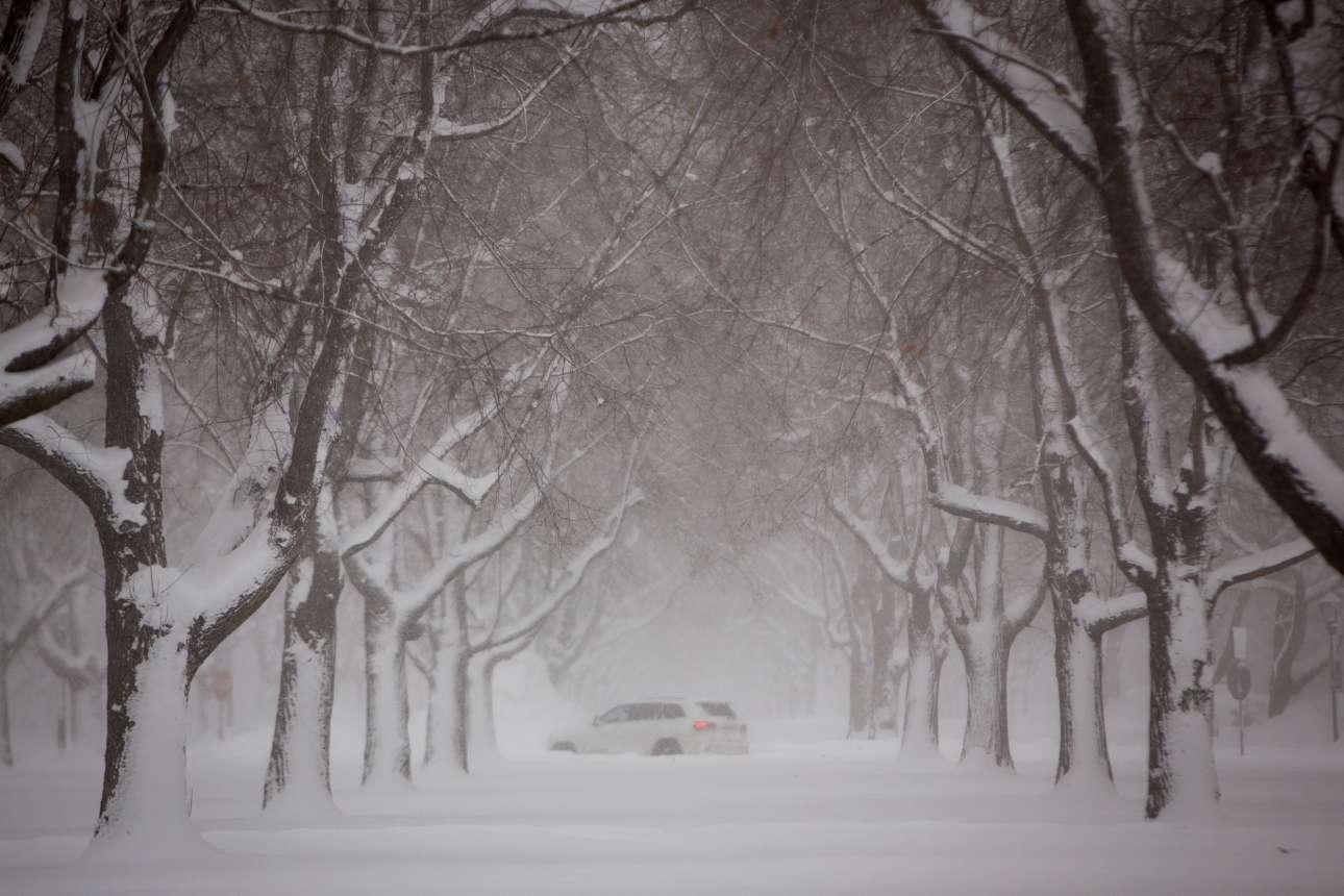 Ενα αυτοκίνητο προσπαθεί να διασχίσει τον χιονισμένο δρόμο στο Μπάφαλο