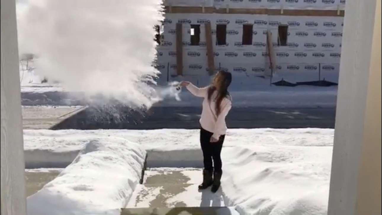 Κάτοικος του Σικάγου πετάει στον αέρα βρασμένο νερό –παγώνει αμέσως!