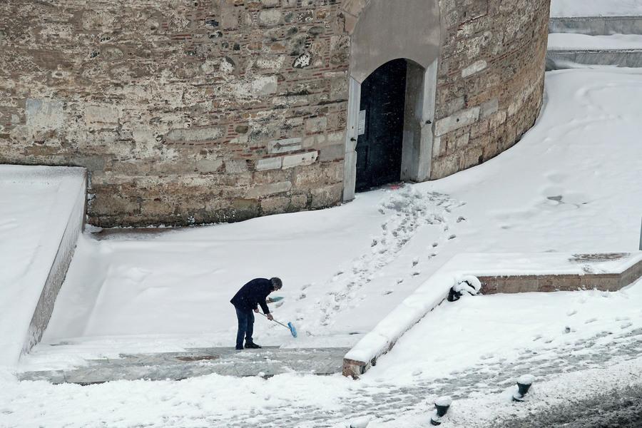 Ένας άνδρας καθαρίζει την είσοδο του Λευκού Πύργου