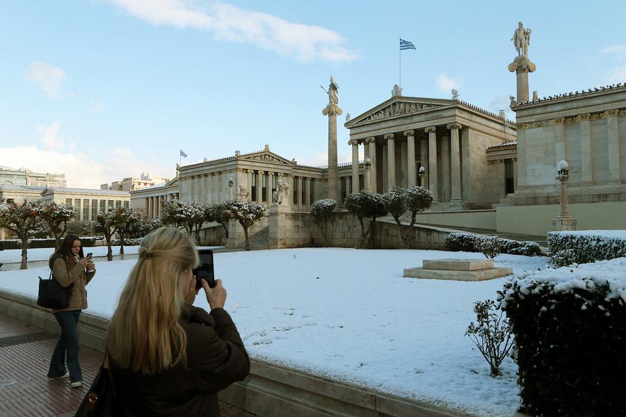 Φωτογραφίζοντας το χιονισμένο Πανεπιστήμιο Αθηνών