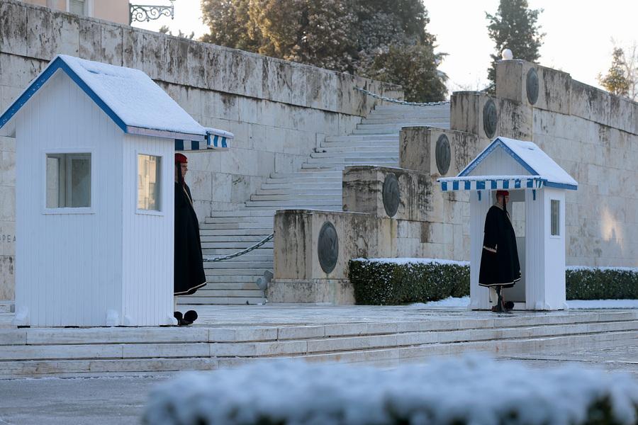 Με χειμερινή κάπα, οι εύζωνες στο μνημείο του Αγνωστου Στρατιώτη