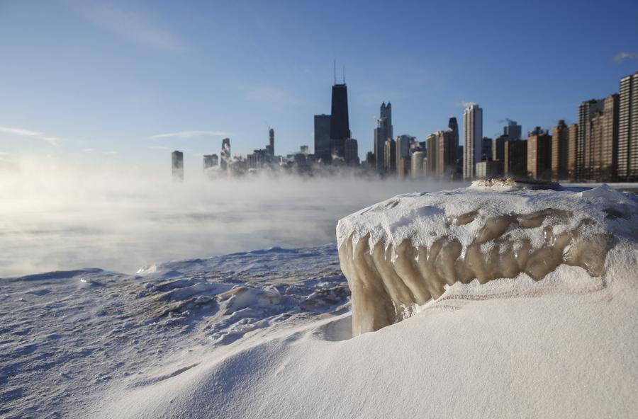 Ατμός υψώνεται πάνω από τη λίμνη Μίσιγκαν, ενώ διακρίνονται οι ουρανοξύστες του Σικάγου. Η θερμοκρασία έπεσε στους μείον 31 βαθμούς Κελσίου την Τετάρτη, αλλά ο δείκτης ψυχρότητος ήταν ακόμα πιο χαμηλά