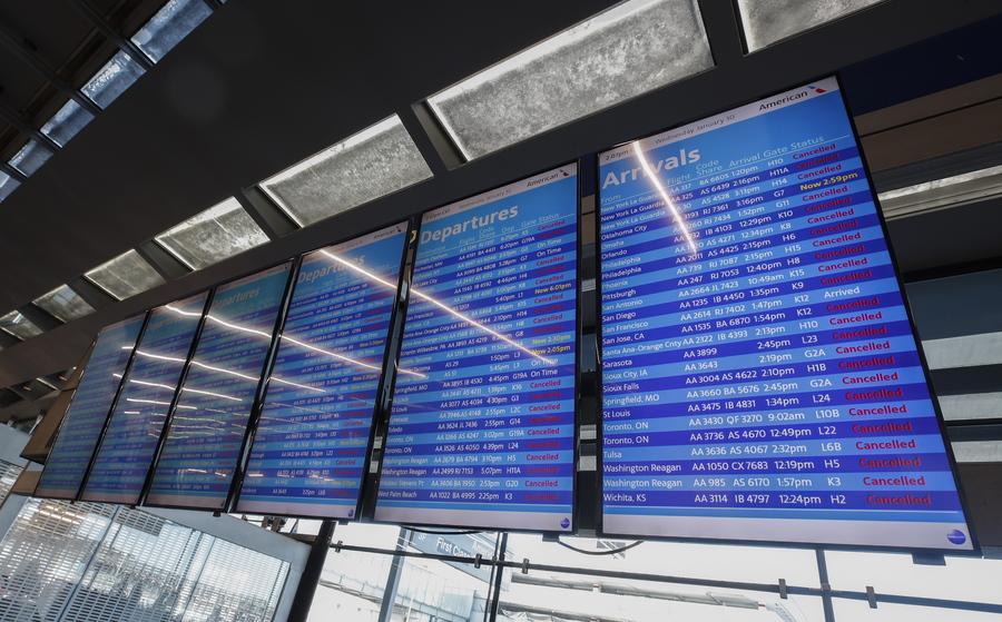 O πίνακας του αεροδρομίου του Σικάγου κοκκίνισε. Περί τις 1.700 πτήσεις ακυρώθηκαν λόγω του πρωτοφανούς ψύχους