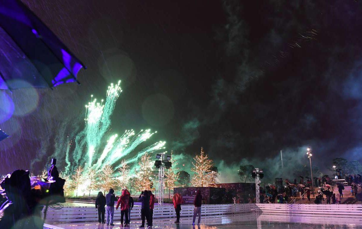 Εκατοντάδες πυροτεχνήματα φώτισαν τον ουρανό τα μεσάνυχτα δημιουργώντας ένα φαντασμαγορικό θέαμα