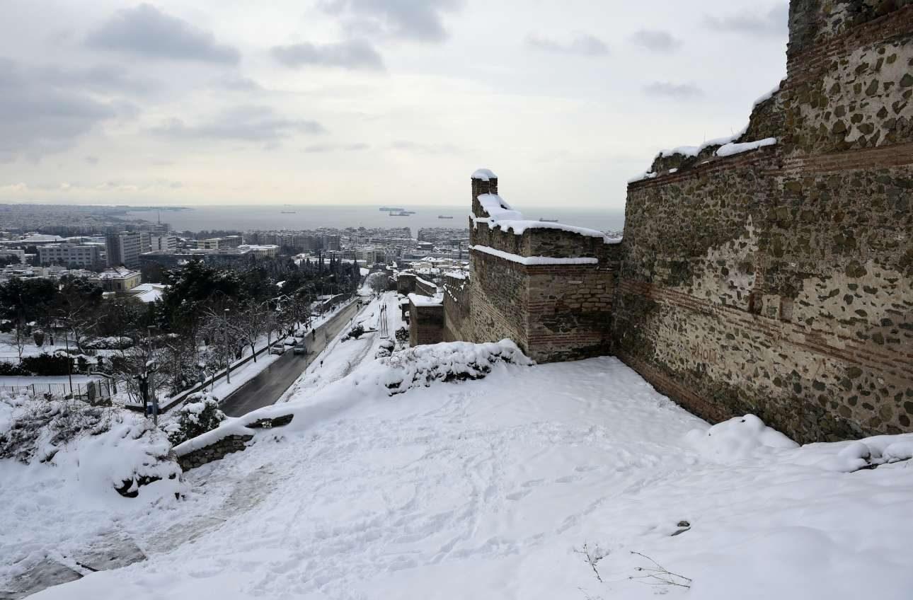 Η εικόνα από τα τείχη του Επταπυργίου εντυπωσιάζει