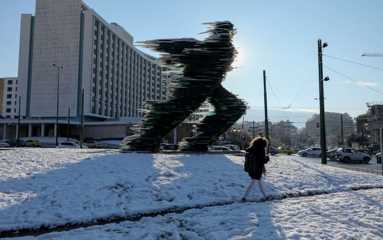 O χιονισμένος «Δρομέας» του Βαρώτσου, μπροστά από το Χίλτον