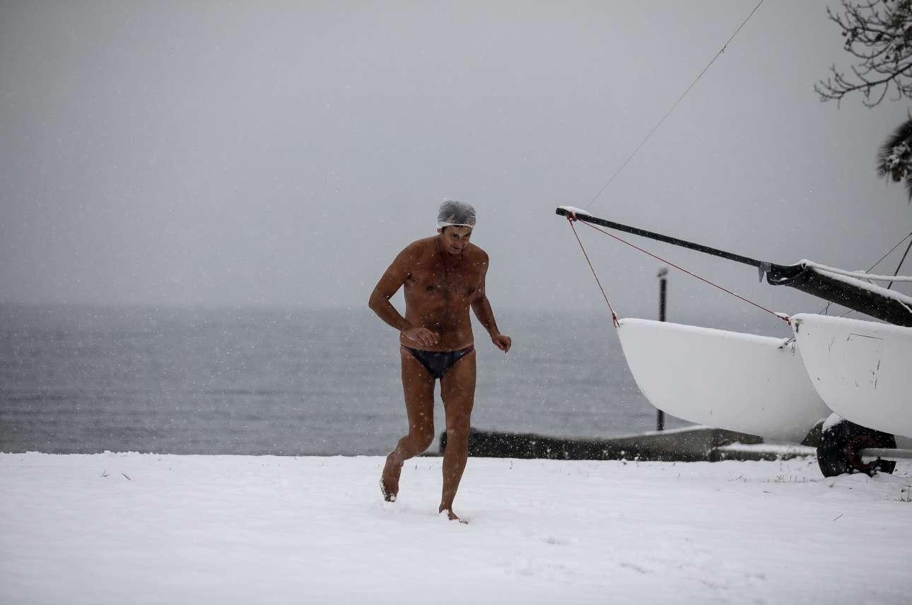 Τετάρτη 9 Ιανουαρίου. Χειμερινός κολυμβητής αψηφά τη βαριά χιονόπτωση και τις παγωμένες θερμοκρασίες που επικρατούν στη Θεσσαλονίκη, και πηγαίνει για μία βουτιά στην παραλία της Αρετσούς