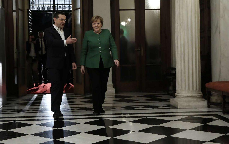 O Αλ. Τσίπρας οδηγεί την καγκελάριο στο εσωτερικό. Είναι η τρίτη της φορά στην πρωθυπουργική βίλα της Ηρώδου Αττικού, αλλά η πρώτη της με... ξεναγό τον πρόεδρο του ΣΥΡΙΖΑ