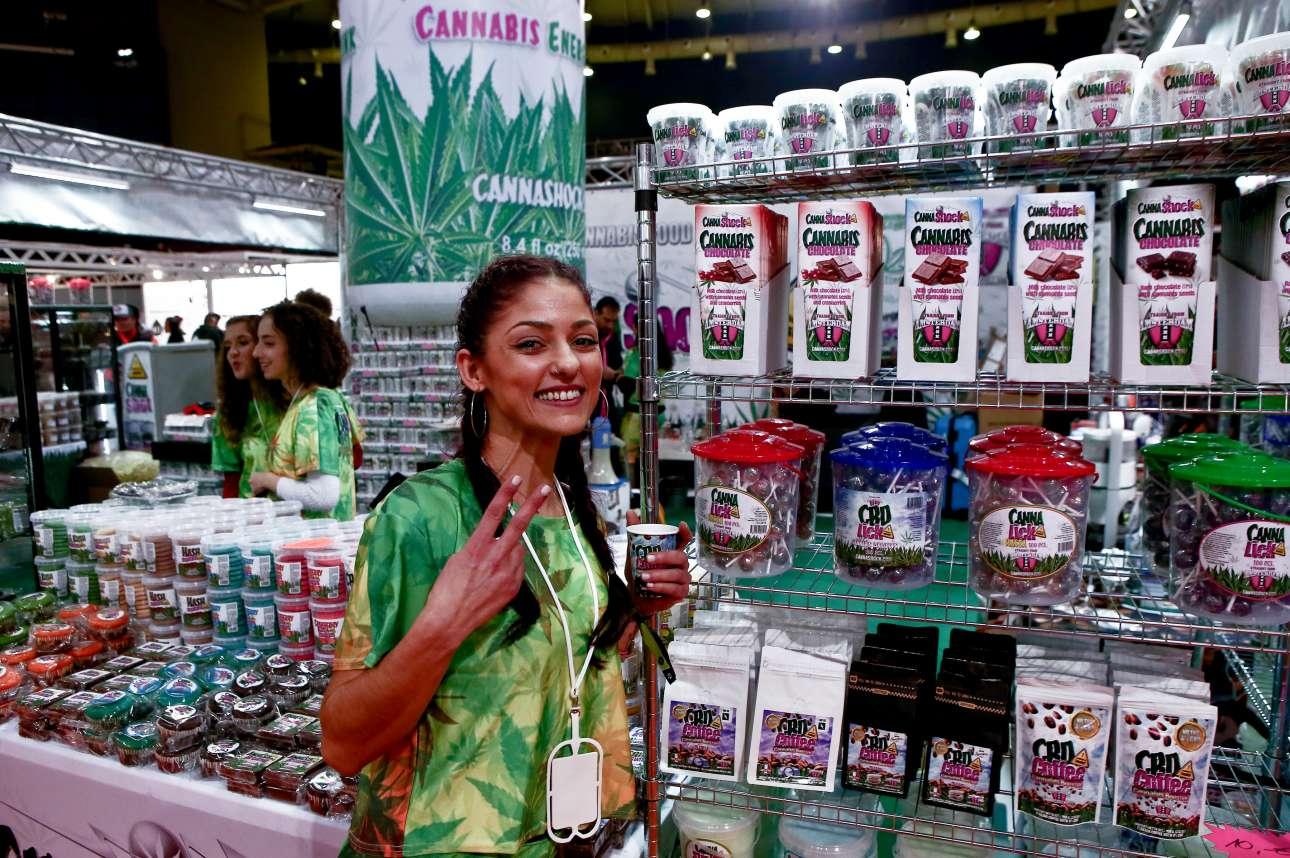 Παρασκευή 11 Ιανουαρίου. Μία χαμογελαστή υπάλληλος ποζάρει μπροστά από προϊόντα από κάνναβη στα εγκαίνια της 2ης Athens Cannabis Expo 2019, στο κλειστό Παλαιού Φαλήρου (Τάε Κβο Ντο)