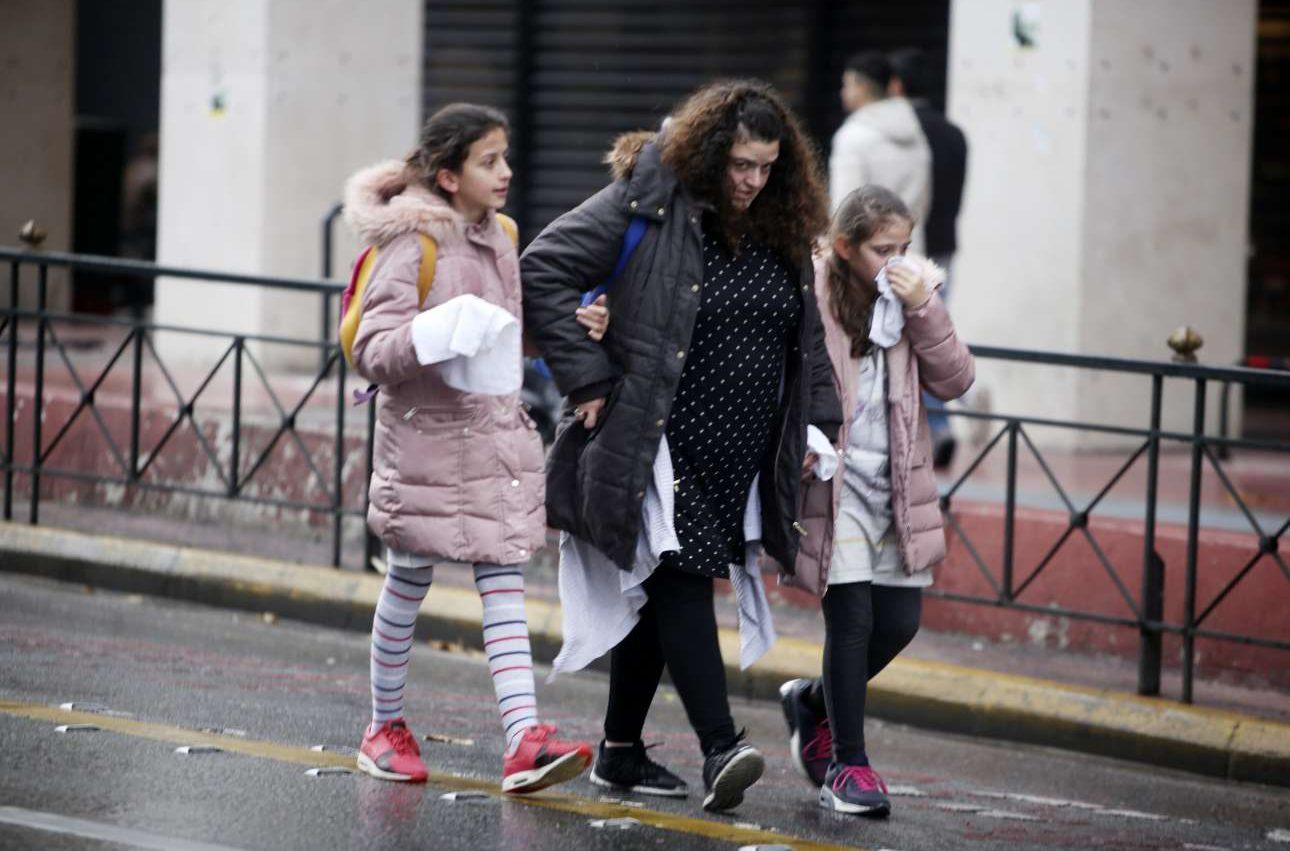 Μητέρα με τα παιδιά της προσπαθούν να καλυφθούν από τα δακρυγόνα