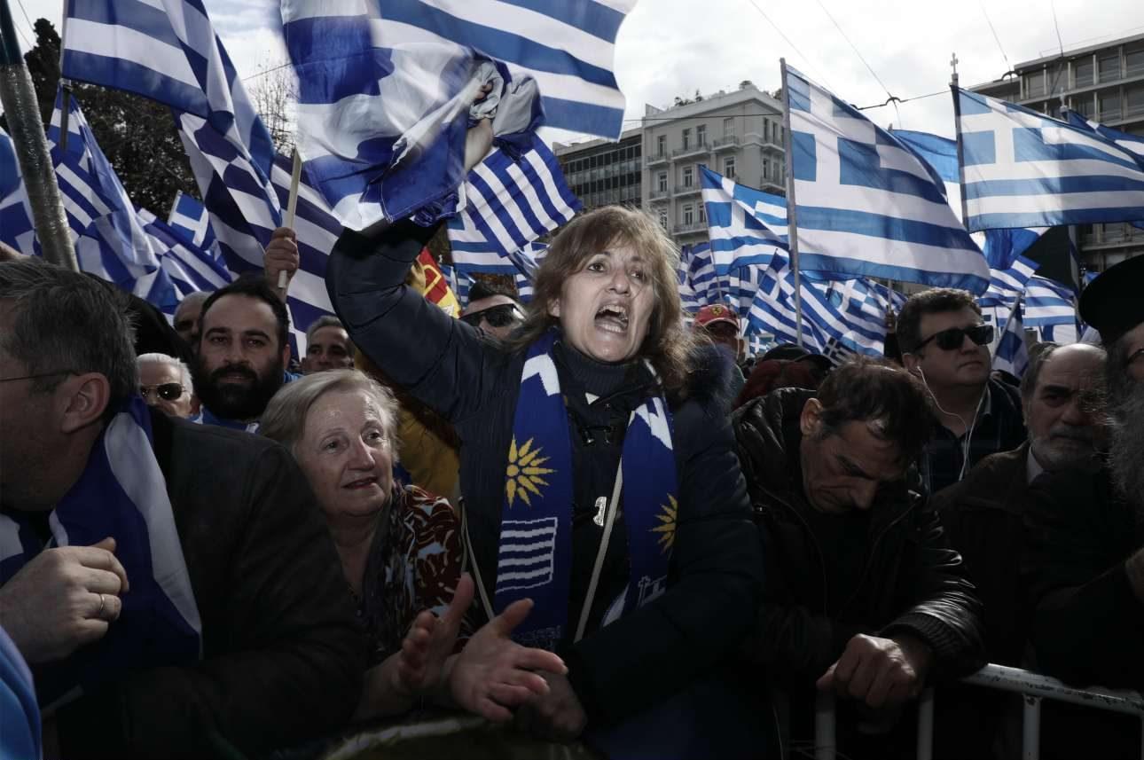 Μία γυναίκα διαμαρτύρεται μέσα στο πλήθος