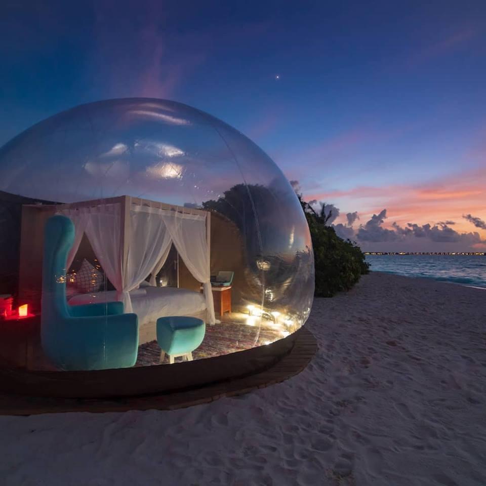 Στο ξενοδοχείο Finolhu των Μαλδίβων, το σφαιρικό δωμάτιο στην απομονωμένη παραλία διατίθεται αποκλειστικά σε ερωτευμένα ζευγάρια που θέλουν να ζήσουν μία ρομαντική νύχτα κάτω από τα αστέρια