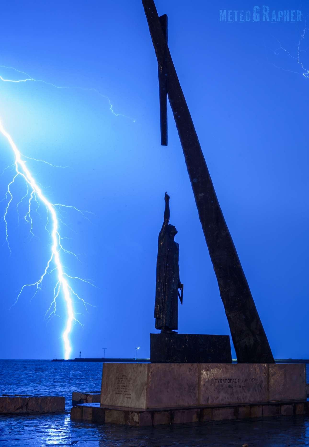 Το άγαλμα του Πυθαγόρα με φόντο έναν τεράστιο κεραυνό