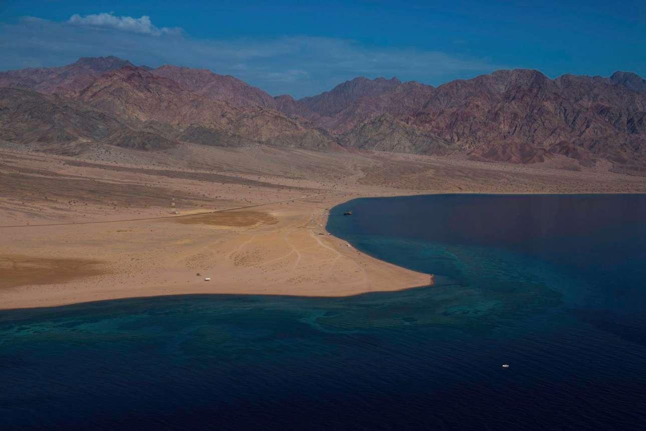 Η Σαουδική Αραβία χτίζει την υπερ-τεχνολογική πόλη Νεόμ στην Ερυθρά Θάλασσα, η οποία προορίζεται να γίνει η ναυαρχίδα του βασιλείου. Θα λειτουργεί αποκλειστικά από ανανεώσιμες πηγές ενέργειας, το Διαδίκτυο θα είναι ελεύθερο και εξαιρετικά γρήγορο σε όλες τις γειτονιές και οι δημόσιες συγκοινωνίες θα έχουν αυτόνομη οδήγηση. Η Νεόμ θα είναι 33 φορές μεγαλύτερη από τη Νέα Υόρκη, θα κοστίσει 550 δισ. δολάρια (490 δισ. ευρώ)  και η κατασκευή της θα ολοκληρωθεί το 2030