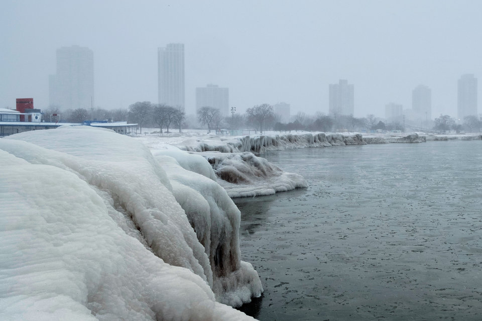 Οι ουρανοξύστες του Σικάγου από την παγωμένη ακτή της 9ης Λεωφόρου, στη λίμνη Μίσιγκαν