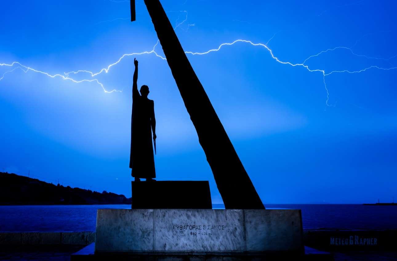 Το άγαλμα του Πυθαγόρα μοιάζει... να δείχνει τον κεραυνό