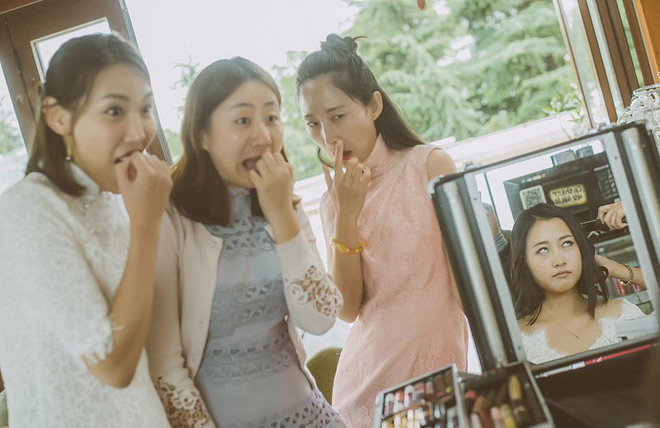 Παράνυφες και νύφη κοιτάζουν τρομοκρατημένες το αποτέλεσμα του νυφικού μακιγιάζ - χτενίσματος