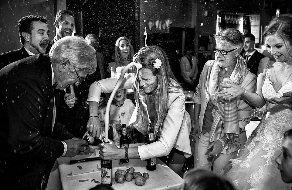 Οι καλεσμένοι και η νύφη λούζονται με αφρό που εκτοξεύεται από μπουκάλι μπίρας, χωρίς όμως να χάνουν το κέφι τους