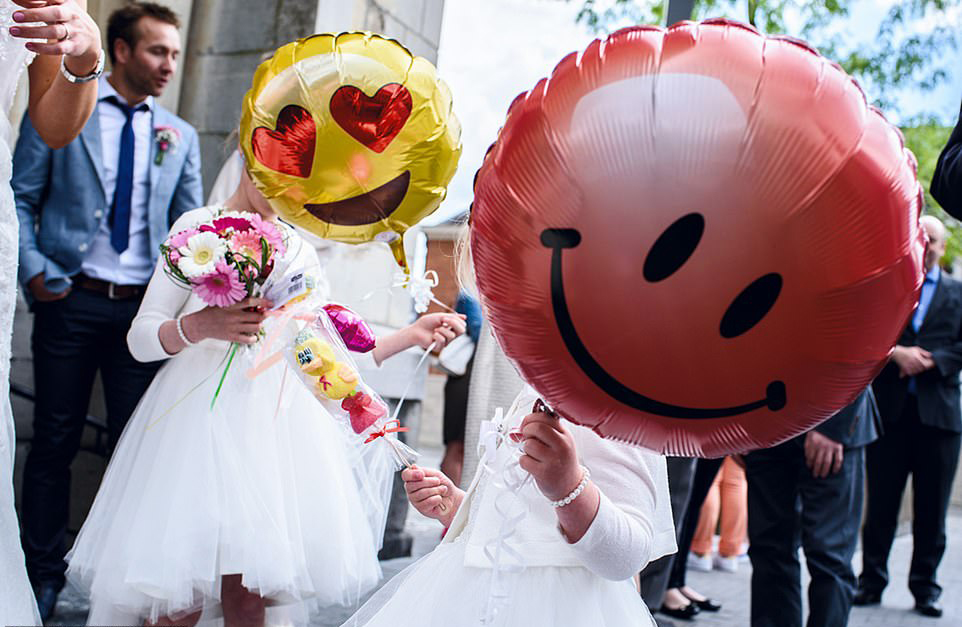 Κοριτσάκια «δίνουν σάρκα και οστά» στα χαμογελάστα emojis