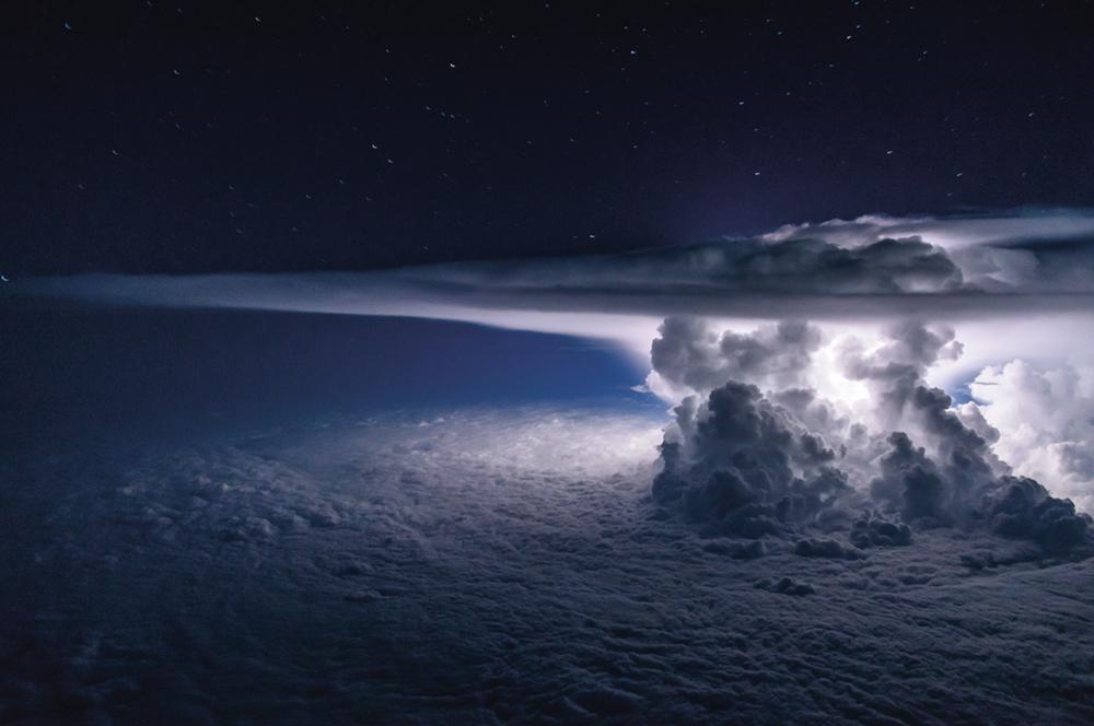 Ενας ισχυρός και πυκνός Σωρειτομελανίας -είδος νέφους που συνδέεται με έντονα καιρικά φαινόμενα- αναβοσβήνει πάνω από τον Ειρηνικό ωκεανό, νότια της Πόλης του Παναμά. Η παραπάνω εικόνα βραβεύτηκε από το National Geographic