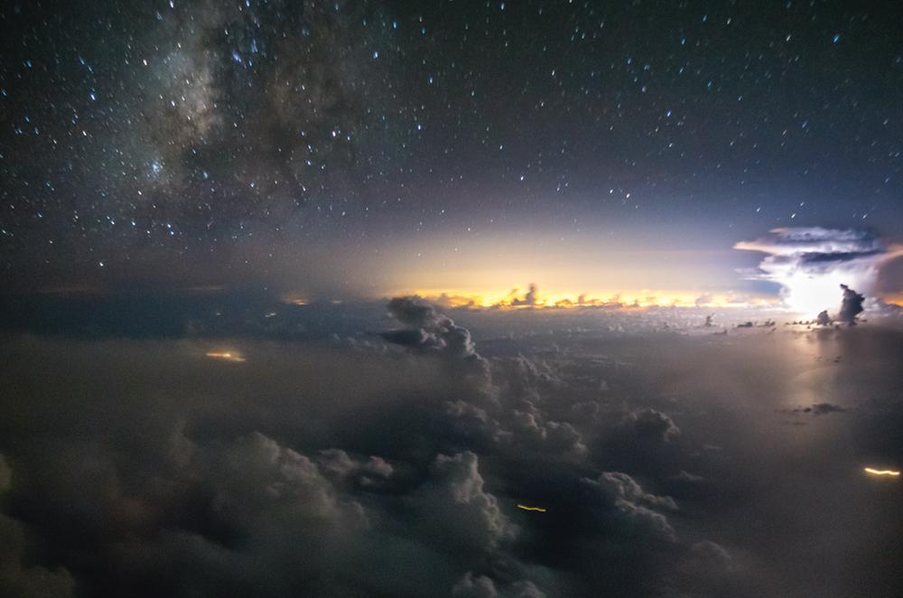 Ισχυρός κεραυνός αστράφτει πάνω από την ανατολική ακτή των ΗΠΑ, και στο βάθος διακρίνονται τα φώτα του Μαϊάμι