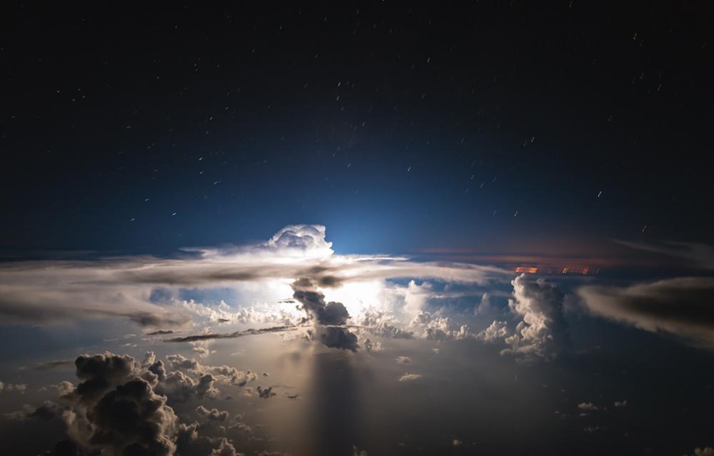 Μία έντονη αστραπή φωτίζει αυτή τη στενή αλλά ισχυρή καταιγίδα, μόλις λίγα χιλιόμετρα από την ακτή του Μαϊάμι
